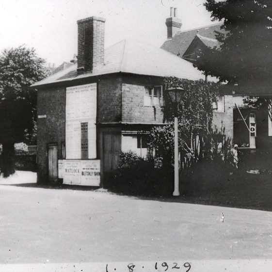 Cottages on the green in front of Tollgate House, 69 High Street from South - 1920. The C18 tollgate was probably close to Sun Lane. | Cat no Slides B 2.66