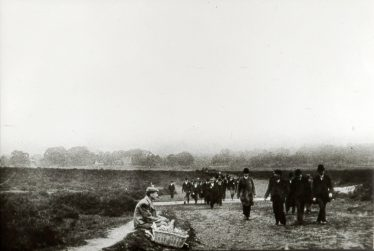 Racegoers walking up the Common, c.1900   LHS archives, cat.no. B 3.68