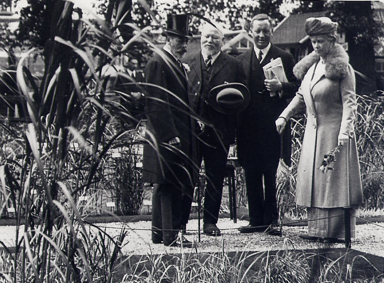 Mr MacDonald meets HM King George V and Queen Mary at his exhibit in the National Gardens Exhibition, c.1935 | LHS archives - LHS 12,887