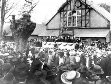 Declaration of accession of George V from dais outside Public Hall, 1911 | LHS archives - cat.no. HC 137