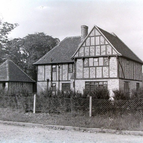 House on West Common (1) - timber and tiles were from a large barn demolished in Hemel Hempstead | Scan from promotional brochure for Jarvis Homes, LHS BF 15/13c
