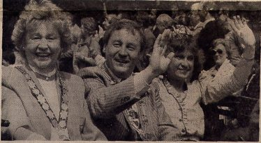 Chairman of Harpenden Town Council, Cllr Dorothy Mills with Alzey Burgermeister, Walter Zuber and Alzey Wine Queen - 1988 Harpenden Carnival | LHS archives, Alzeyer Anzeiger, 19 May 1988